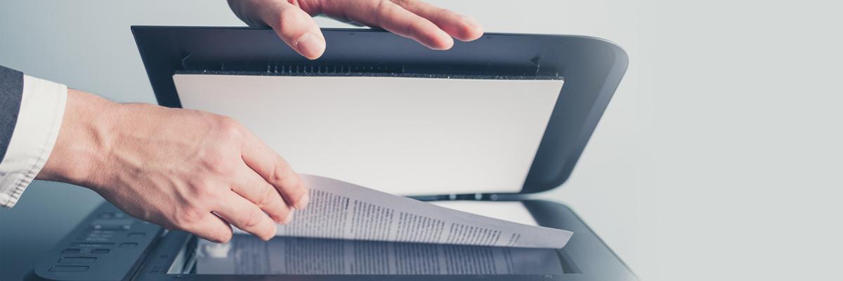 Mitarbeiter scannt Dokumente ein und vernichten anschließend das Original