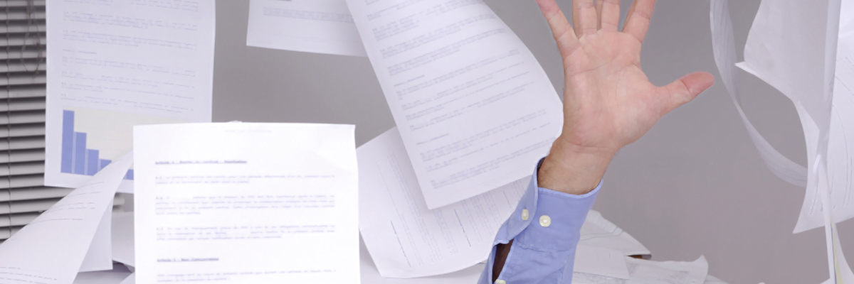 Trotz Kuvertiermaschine – Papierstapel im Büro.