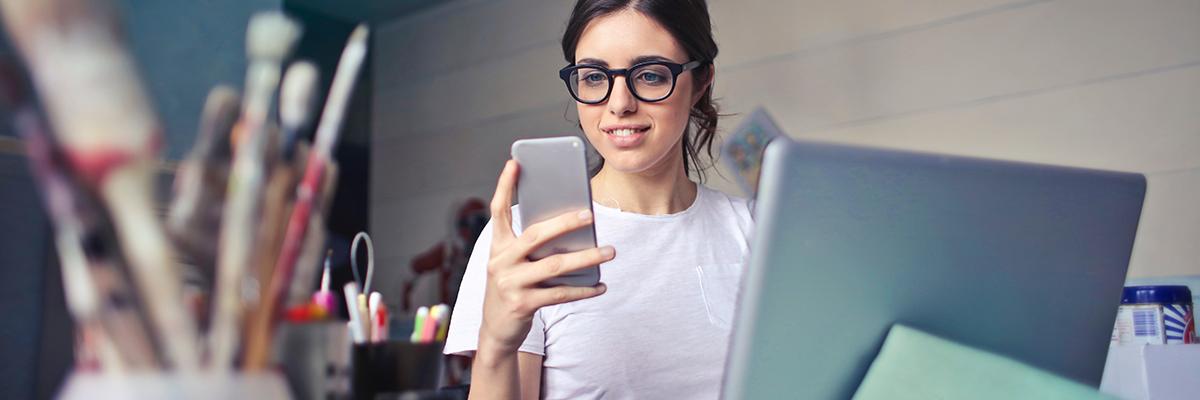 Mitarbeiter App Frau mit Smartphone