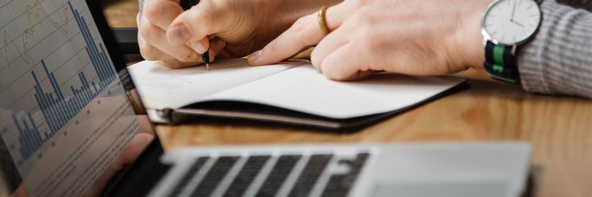 Digitales Vertragsmanagement Laptop Stift