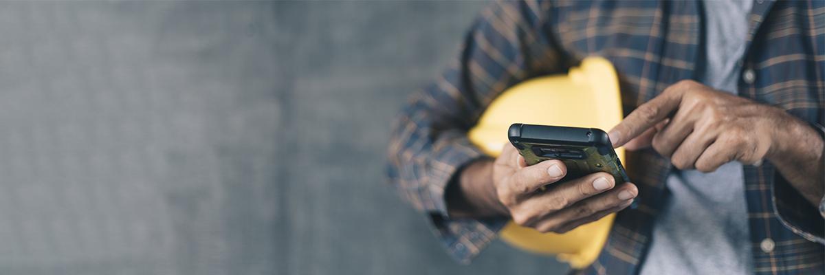 Mobile Mitarbeiterkommunikation - Mitarbeiter bedient Smartphone
