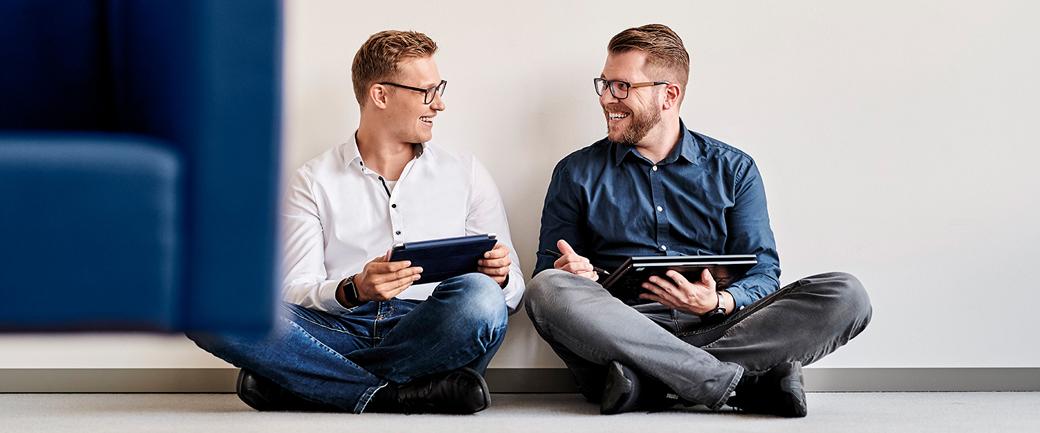 mitarbeiter-mit-laptop-die-vertraege-aufsetzen