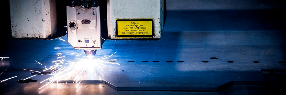 Ein Laser, der Metall schneidet.
