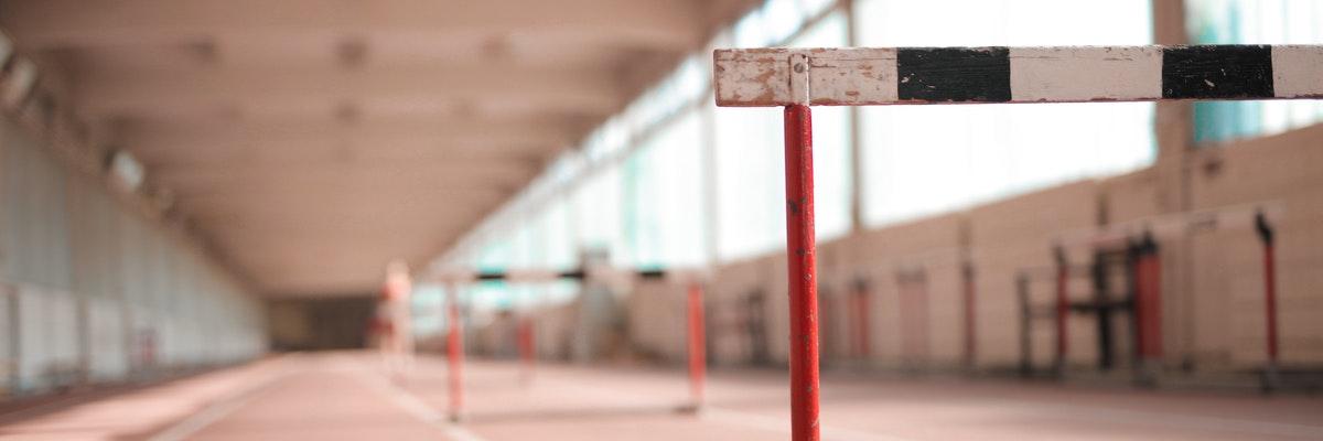 Hürden in einer Sporthalle als Symbol für Hürden bei einem DMS Migrationsprojekt.