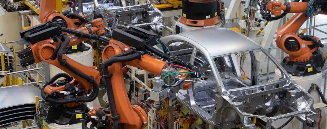 Fertigungshalle in der Automobilindustrie
