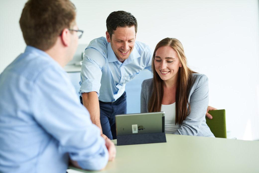 d-velop Mitarbeiter Besprechungsraum mit Tablet