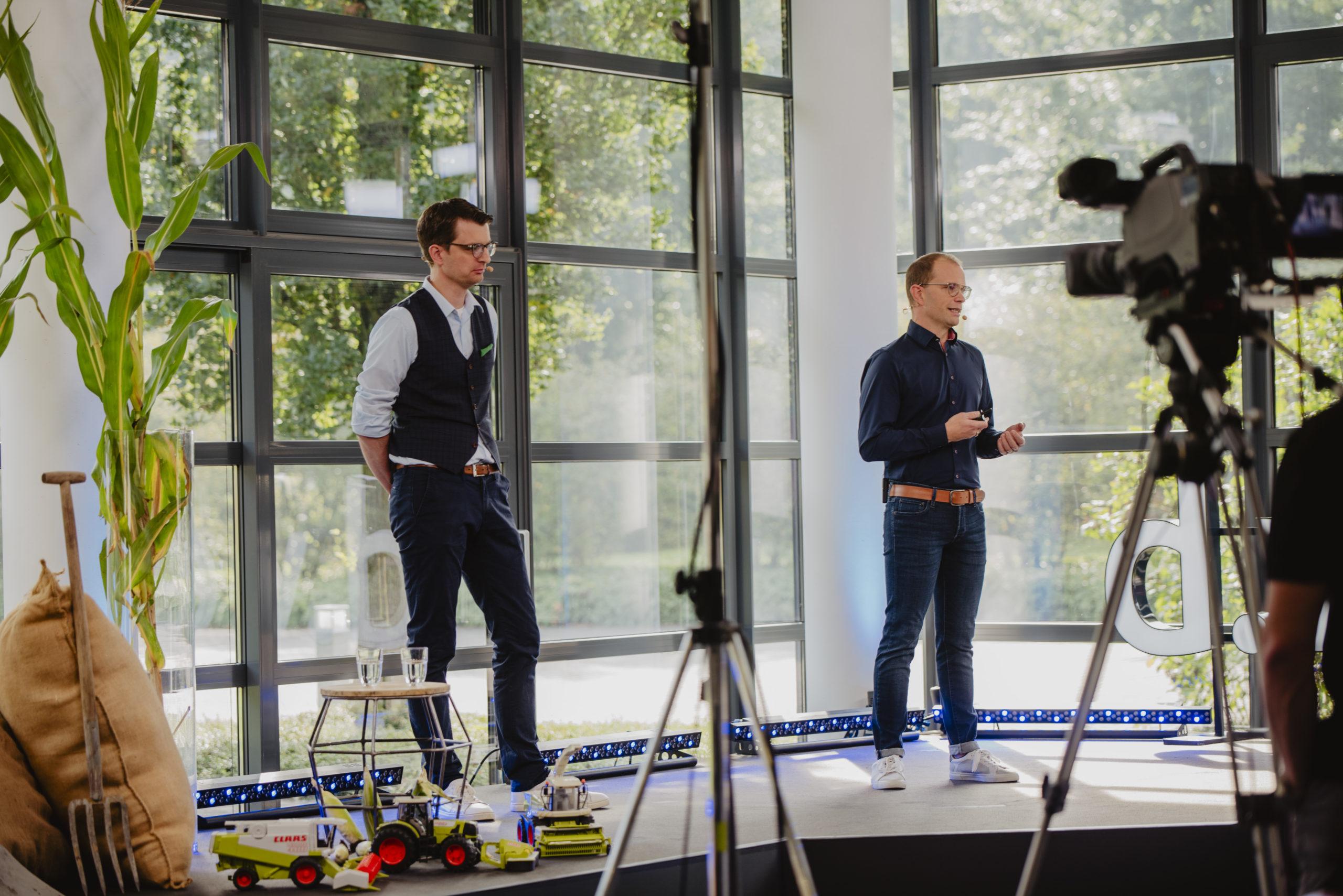 Matthias Wessel (links) berichtet mit dem d.velop-Experten Sven Sicking-Röttger wie AGRAVIS jährlich 1 Mio. Rechnungen digital verarbeitet
