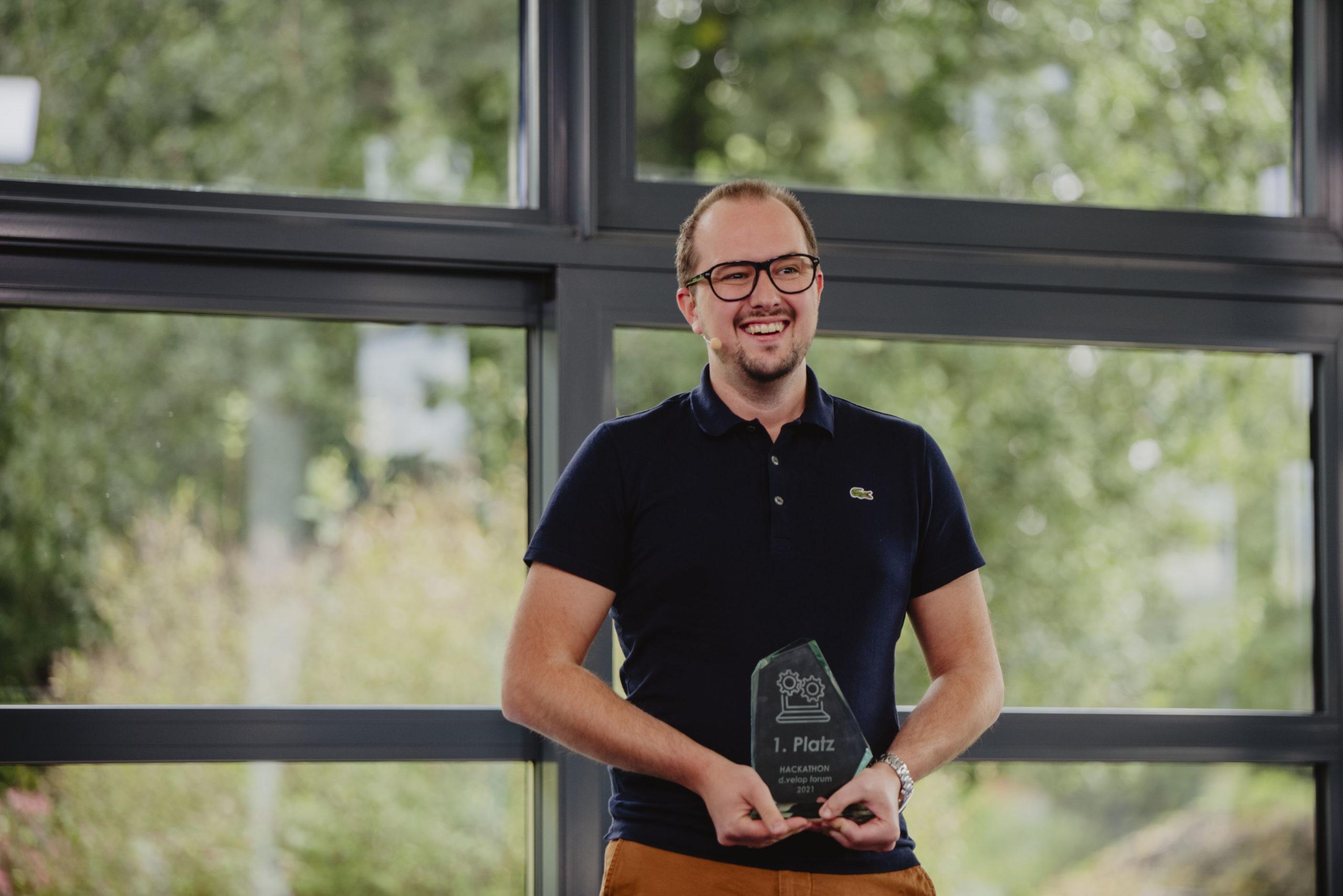 Stefan Schweiger (alphaflow GmbH) freut sich über den Sieg seines Teams beim d.velop Hackathon