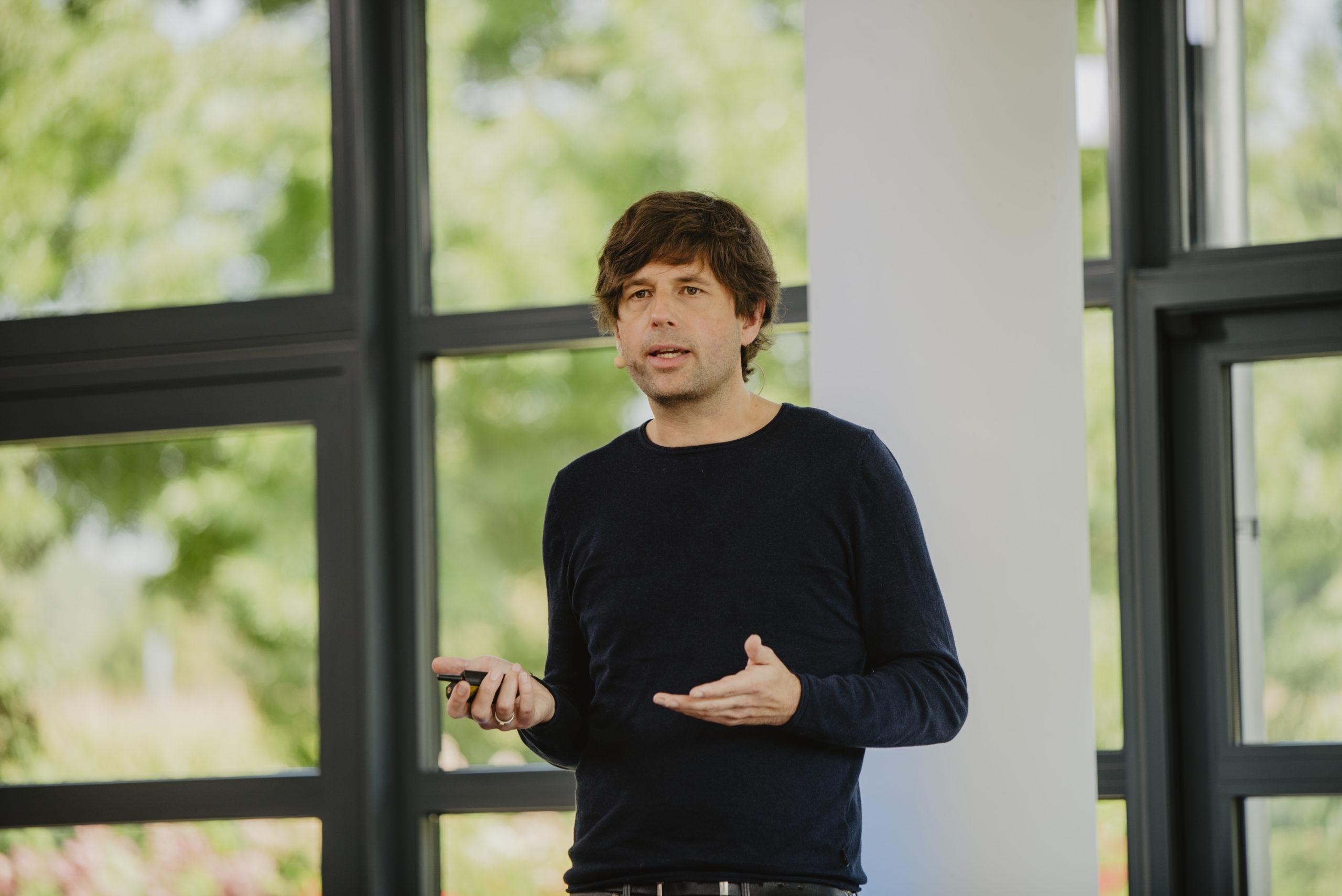 """Vorstand Rainer Hehmann informierte im """"Innovation Spotlight"""" gemeinsam mit seinem Vorstandskollegen Sebastian Evers über Neues aus der d.velop Softwareschmiede"""